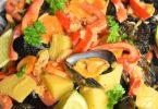 Moules au curry et légumes avec bouillon thaï