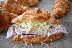 Croissant à la béchamel, jambon et fromage