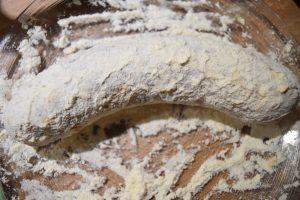 Saucisson badigeonné de jaune d'oeuf et fariné
