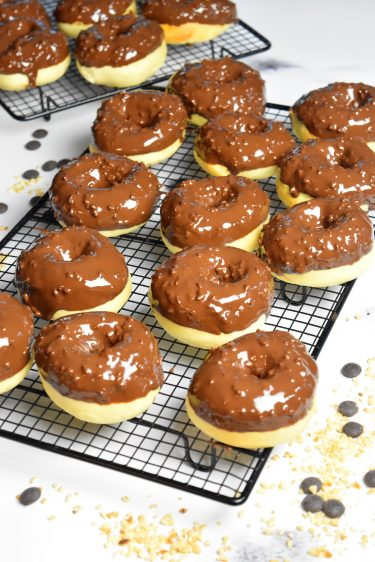 Donuts au four, glaçage chocolat