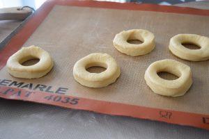 Découpe des donuts au four