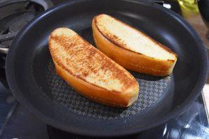 Hot dog buns grillés