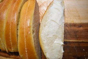 Buns pour hot dog tartinés de beurre