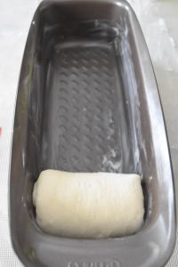 Escargot de pâte à pain au lait dans moule à cake