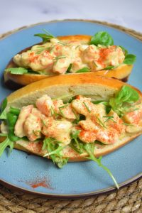 Hot dog crevettes sauce curry