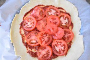 Pâte brisée, sauce et tomates