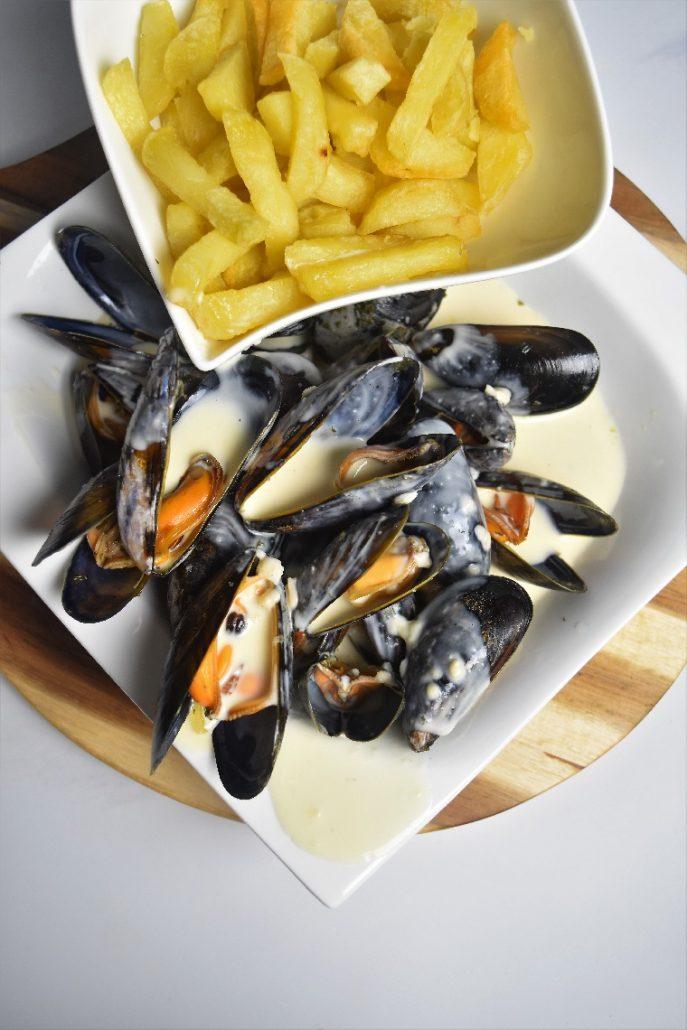 Moules marinières et sauce maroilles
