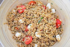 Salade de blé, mozzarella et tomate