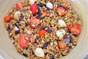Salade de blé froide aux oignons caramélisés