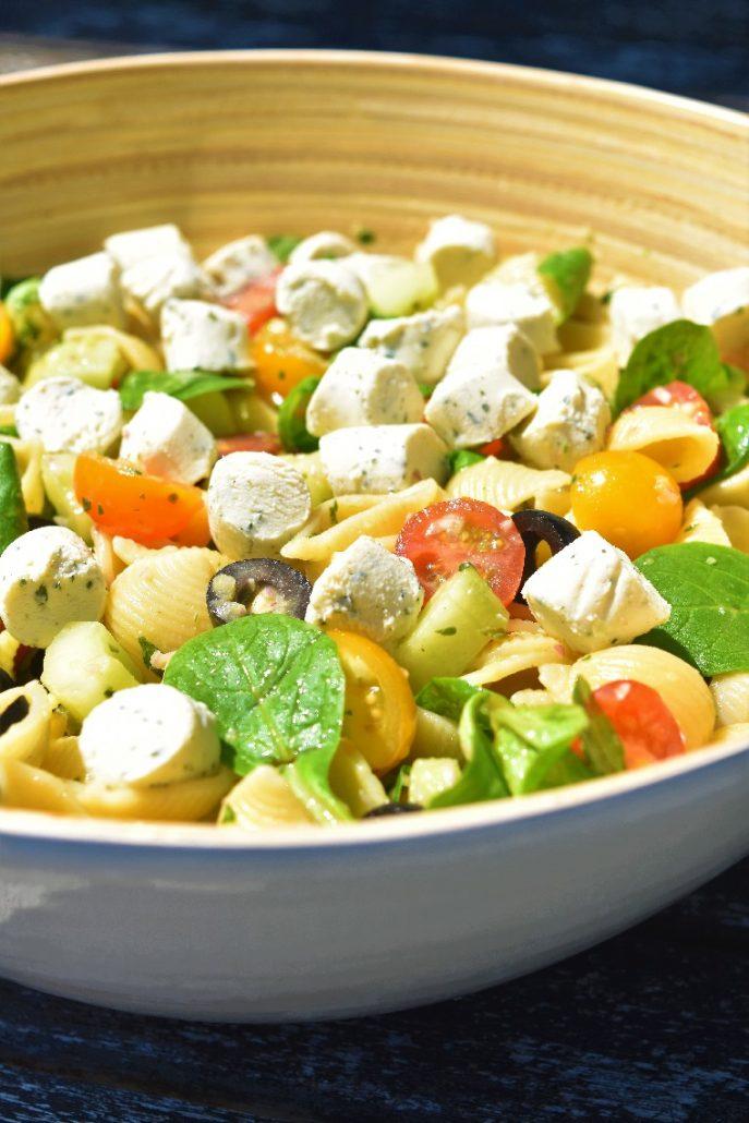 Salade grecque avec des pâtes