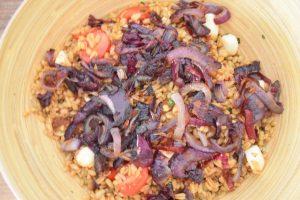 Salade aux oignons caramélisés