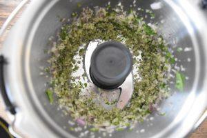 Basilic et échalote hachés au mini-bol Companion