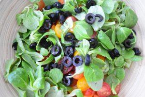 Composition de salade de pâtes grecque