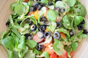 La salade grecque aux pâtes, maison