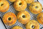 Mini bagels cuits dans un moule à donuts