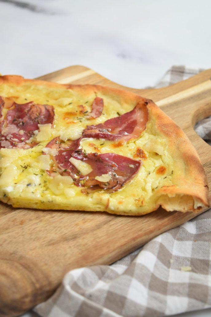 Pizza carbonara sur pâte fine et moelleuse