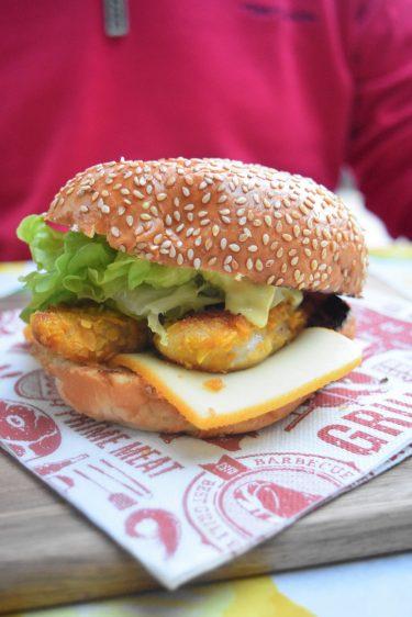 Burger au poulet pané croustillant aux corn flakes