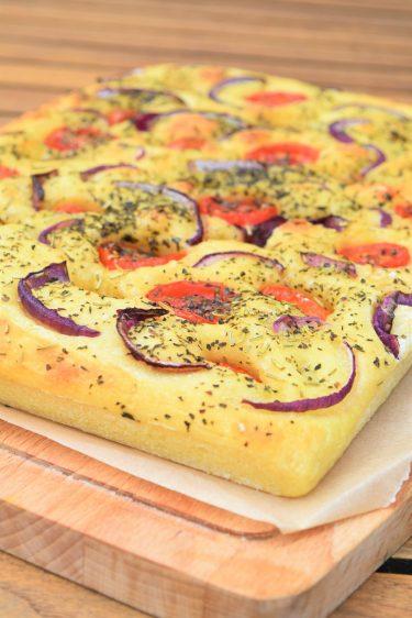 Focaccia des Pouilles aux tomates, herbes et oignon rouge