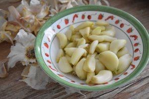 Eplucher les gousses d'ail
