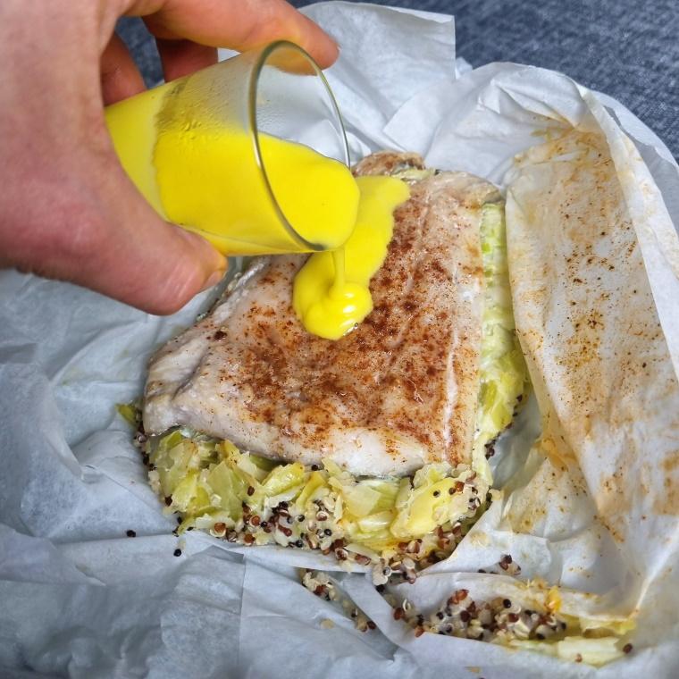 Papillote de lieu aux poireaux, quinoa et sauce safran-citron