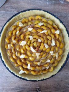 Cassonade et beurre sur la tarte aux mirabelles