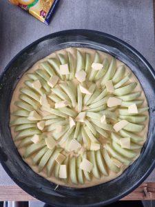 Tarte suisse aux pommes avec beurre et sucre vanillé