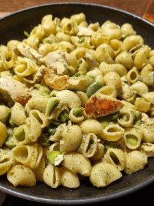 Poêlée de pâtes au poulet, fèves et pesto