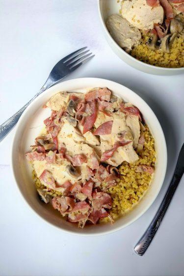 Poulet sauce crémeuse au bacon et champignons avec boulgour